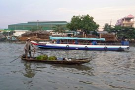 WomanBoatFloatingMarket_373